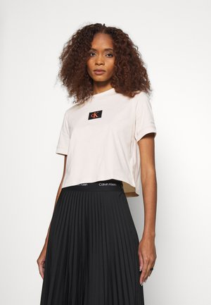 BADGE CROPPED TEE - Basic T-shirt - tapioca