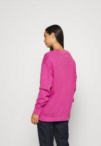Levi's® - LEVI'S X PEANUTS UNBASIC CREW - Sweater - fuschia red - 2