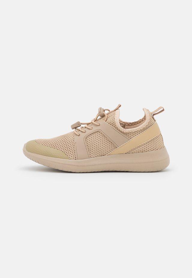 WIDE FIT GERALDTON - Sneakers laag - stone