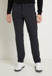 Selected Homme - SLHSLIM STORM FLEX SMART PANTS - Pantalon classique - dark sapphire/check - 0