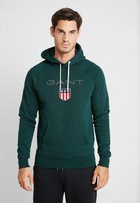 GANT - SHIELD HOODIE - Jersey con capucha - tartan green - 0