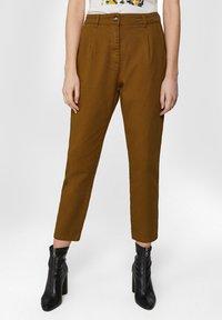 WE Fashion - WE FASHION DAMENHOSE MIT HOHER TAILLE UND TAPERED LEG - Spodnie materiałowe - mustard yellow - 0