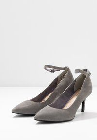 Tamaris - Klassiske pumps - light grey - 4