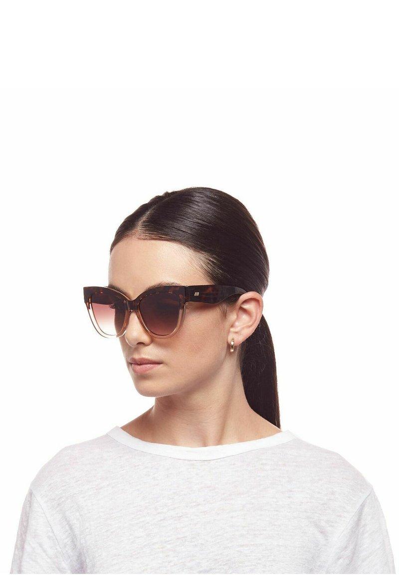 Le Specs - LE VACANZE - Sunglasses - tort sand splice / gold