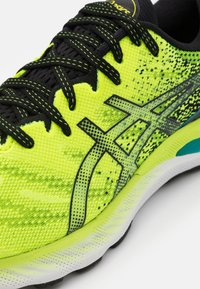 ASICS - GEL-NIMBUS 23 - Neutral running shoes - hazard green/black - 5