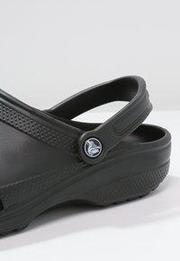 Crocs - CLASSIC UNISEX - Sandali da bagno - schwarz - 5