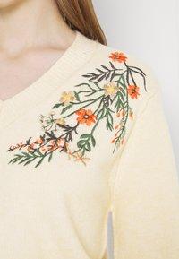 Pieces - PCFLOWER V NECK EMBROIDERY - Strikkegenser - flower embroidery - 5
