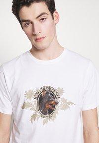 Cayler & Sons - WHOOO TEE - Print T-shirt - white - 3