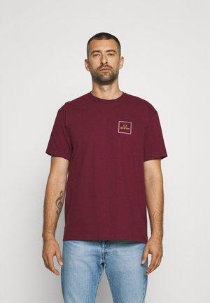 ALPHA SQUARE - Print T-shirt - burgundy/white