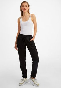 OXXO - MIT ELASTISCHEM GUMMIZUGBUND - Trousers - black - 1