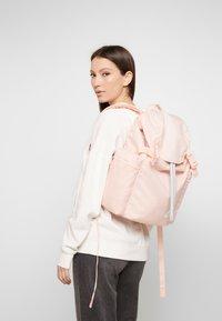 Nike Sportswear - HERITAGE - Batoh - washed coral/sky grey/white - 1