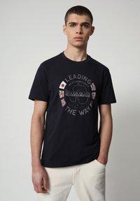 Napapijri - SALYA - Print T-shirt - blu marine - 0