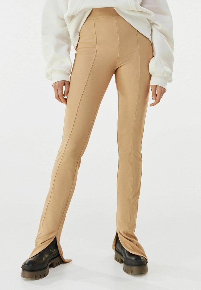 MIT PATENTBÜNDCHEN - Pantalon classique - brown