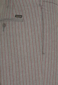 Brixton - TROUSER R PANT - Kalhoty - heather grey/dark brick - 2