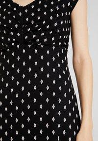 TOM TAILOR - DRESS PRINTED V-NECK - Robe en jersey - black/white - 5