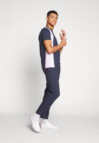 Bellfield - CU AND SEW TEE - Print T-shirt - navy - 1