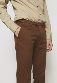 DRYKORN - KILL - Chino kalhoty - braun - 3