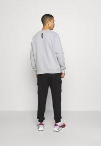 Nike Sportswear - ZIGZAG CARGO PANT - Verryttelyhousut - black - 2