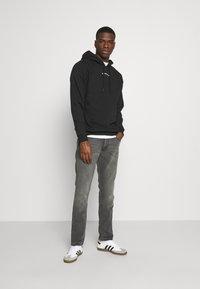 Wrangler - LARSTON - Slim fit jeans - silver smooth - 1
