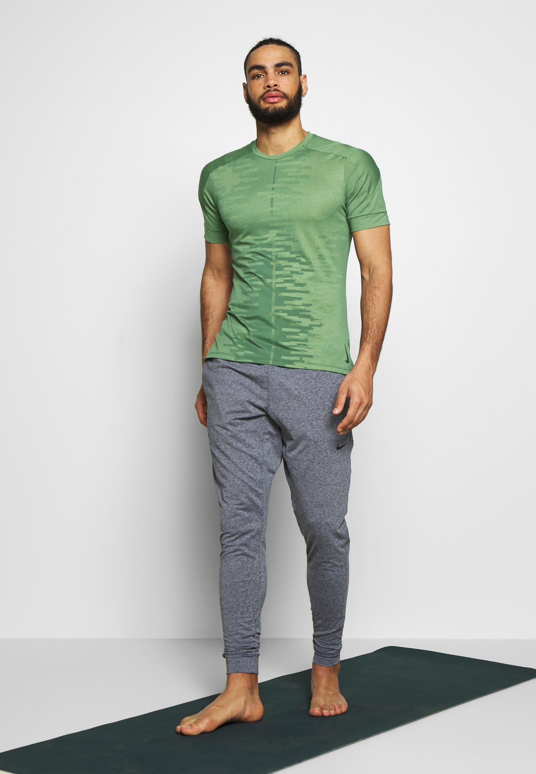 Nike Performance M NK DRY - T-shirt imprimé - oil green/galactic jade/black