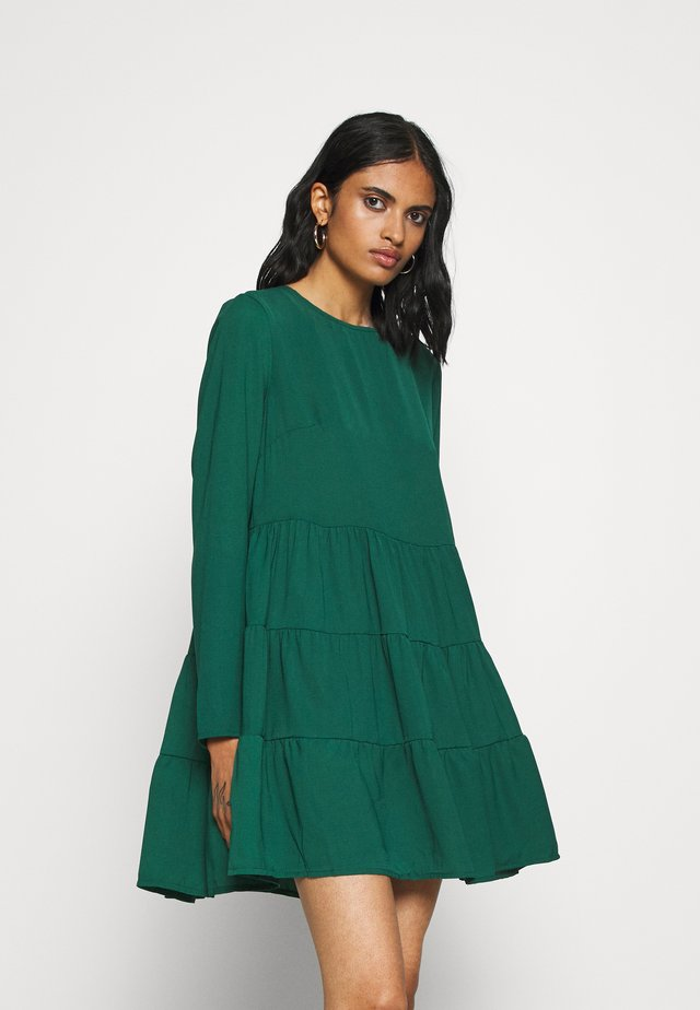 TIERED SMOCK DRESS - Denní šaty - deep green