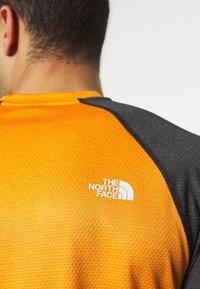 The North Face - MENS VARUNA TEE - Print T-shirt - orange/mottled dark grey - 4