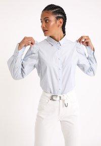 Pimkie - MIT PUFFÄRMELN - Button-down blouse - himmelblau - 3