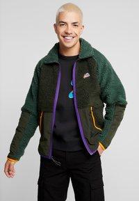 Nike Sportswear - WINTER - Let jakke / Sommerjakker - sequoia/galactic jade/kumquat - 0
