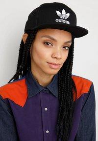 adidas Originals - Snapback Trefoil Cap - Keps - black/white - 4
