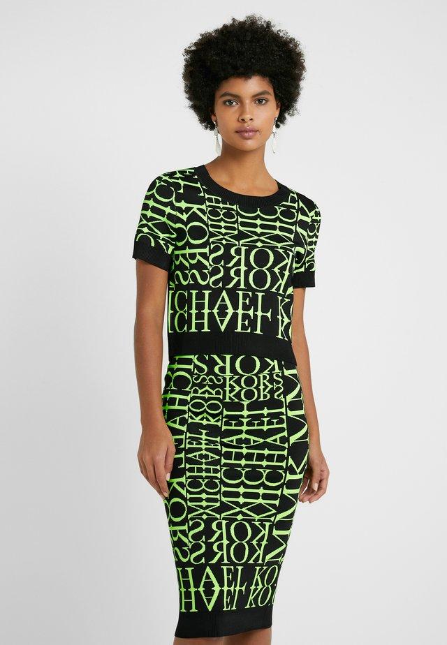 PATTERN CREW - Print T-shirt - black/neon yellow