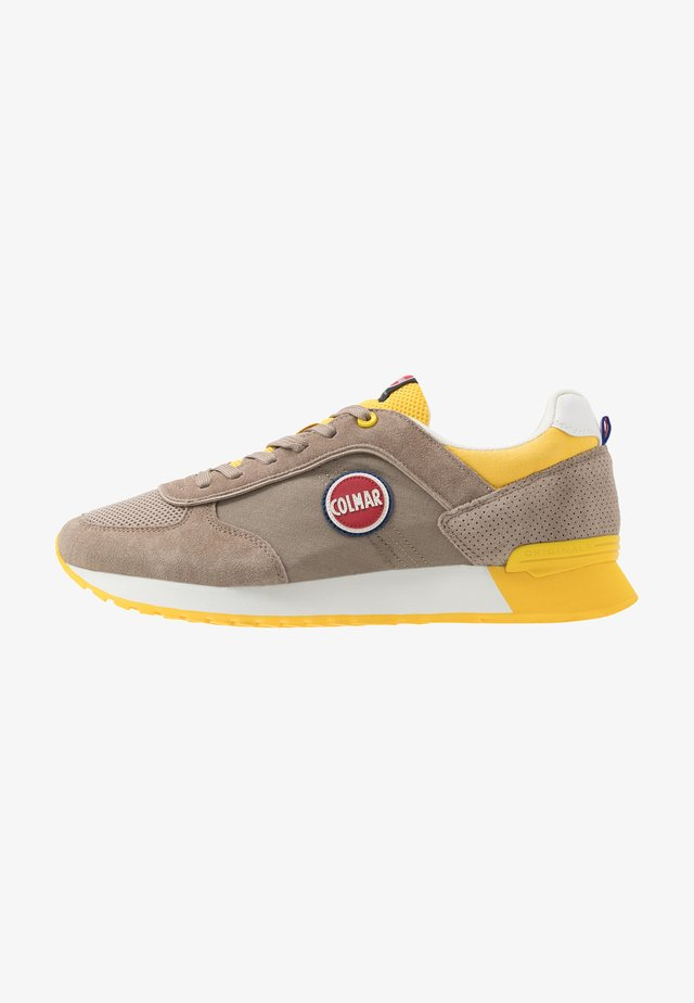 TRAVIS - Sneakers laag - warm grey/yellow