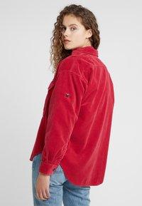 CLOSED - DELLAN - Košile - ruby - 2