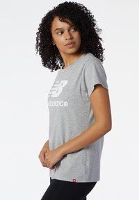 New Balance - STACKED LOGO  - Print T-shirt - athletic grey - 3