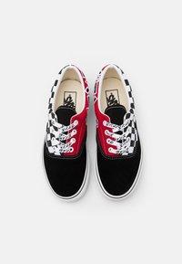 Vans - ERA UNISEX - Tenisky - black/racing red/true white - 5