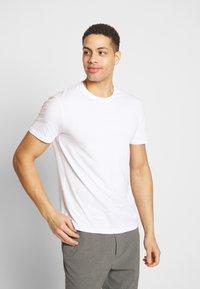 Pier One - 3 PACK - T-shirts basic - white/dark blue/red - 2