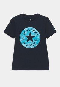 Converse - SHORT SLEEVE CHUCK PATCH GRAPHIC UNISEX - T-shirt imprimé - obsidian - 0