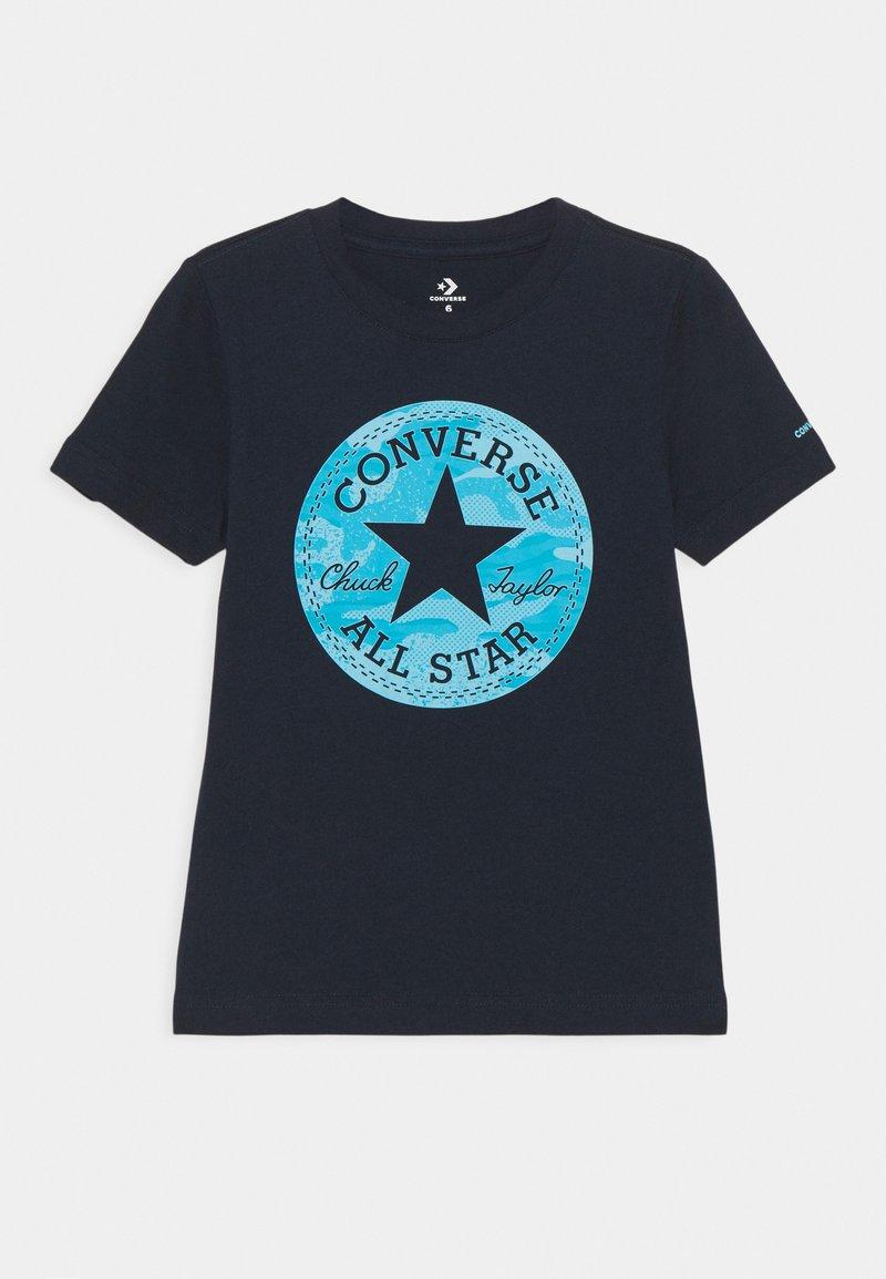 Converse - SHORT SLEEVE CHUCK PATCH GRAPHIC UNISEX - T-shirt imprimé - obsidian