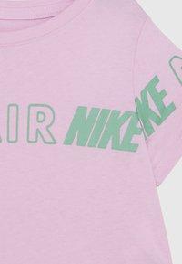 Nike Sportswear - TEE CROP AIR TAPING - T-shirt print - arctic pink - 2