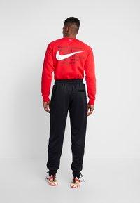Jordan - M J JM CLSCS TRICOT WRMP PANT - Teplákové kalhoty - black/gym red/white - 2