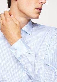 Michael Kors - PRINTED EASY CARE SLIM FIT - Formal shirt - light blue - 4