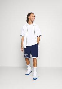 Mitchell & Ness - NORTH CAROLINA SHORT - Sports shorts - navy - 1