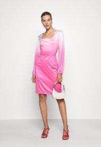 HOSBJERG - RILEY LONG SLEEVE DRESS - Pouzdrové šaty - pink dip dye - 1