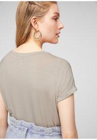 Q/S designed by - Basic T-shirt - beige - 4