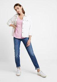 Tommy Jeans - SOFT V NECK TEE - T-shirt basique - pink - 1