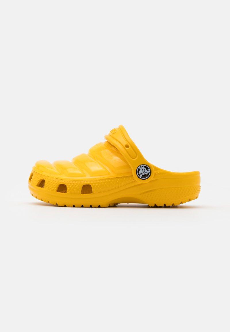 Crocs - CLASSIC NEO PUFF CLOG UNISEX - Pool slides - canary