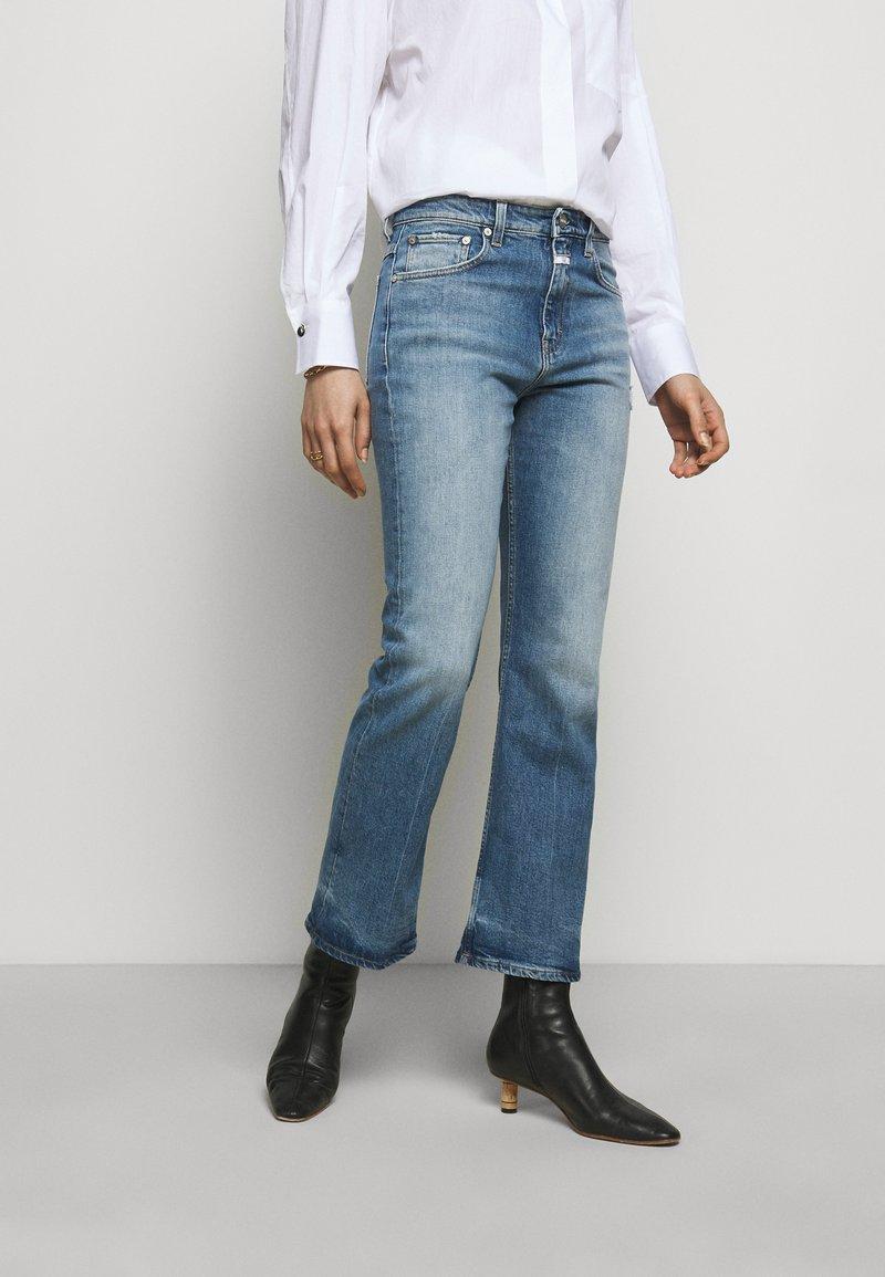CLOSED - BAYLIN - Flared Jeans - light blue