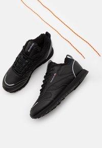 Reebok Classic - UNISEX - Sneakersy niskie - black/hivior - 5