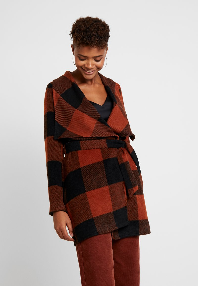ONLY - ONLFREYA DRAPY CHECK COAT - Short coat - ginger bread/black