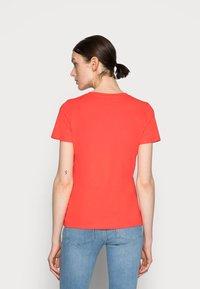 Tommy Hilfiger - REGULAR HILFIGER TEE - Print T-shirt - red - 2