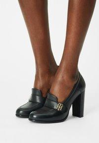 Tommy Hilfiger - ESSENTIALS - Classic heels - black - 0